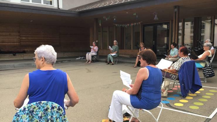 Im Sommer hat sich der Chor jeweils auf dem Pausenplatz zum  lockeren Singen getroffen.