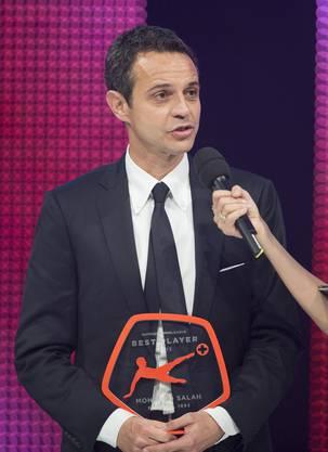 FC-Basel-Präsident Bernhard Heusler nimmt den Award für den abwesenden Mohamed Salah als Raiffeisen Super League Best Player 2013 entgegen.