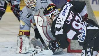 Servette-Goalie Tobias Stephan erwartet Adrien Laupers (r.) Abschlussversuch