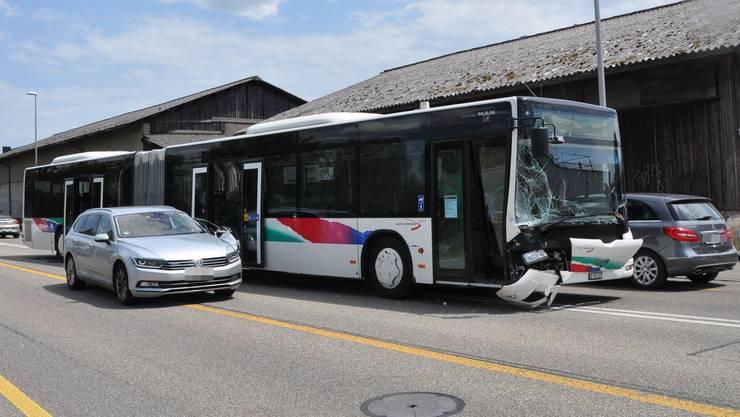 Zur Kollision kam es,als der Autolenker nach links abbiegen wollte und den Linienbus übersah.