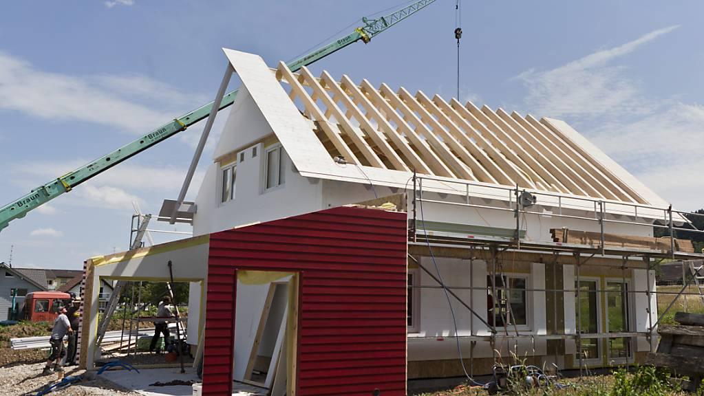 Für die Finanzierung des Hausbaus setzen Hypothekarschuldner wegen Zinsängsten vermehrt auf Grundpfandkredite mit längerer Laufzeit. (Archivbild)