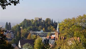 Blick auf die Burgruine, davor das Kurhaus mit dem gläsernen Dach. Die Thermen sind rechts von der Burg – hier nicht sichtbar.