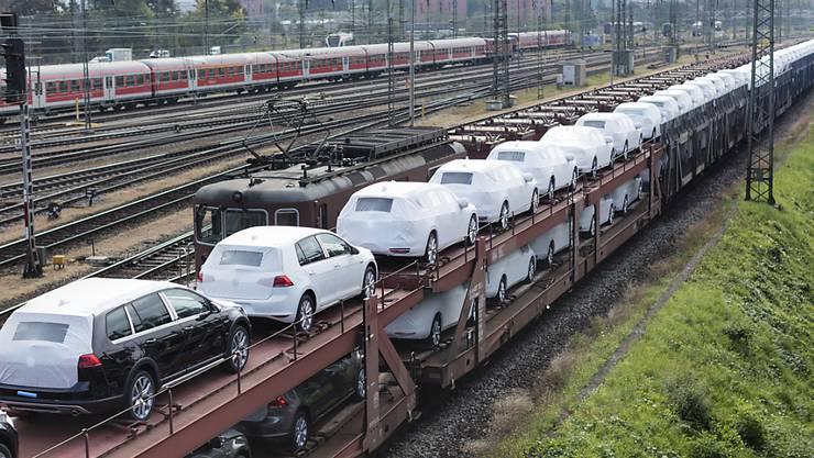 Nach dem Abgas-Skandal sind VW-Autos weniger gefragt: Alleine im Dezember gingen die Verkäufe weltweit um fast 8 Prozent zurück.