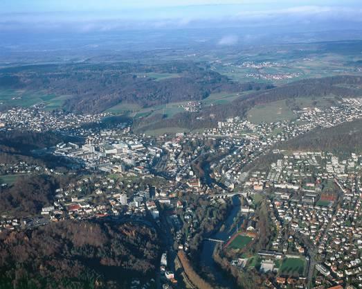 Mehrere Gemeinden haben sich mit Baden zusammengeschlossen. Die Region Baden-Wettingen ist mit einer Bevölkerung von über 150 000 Einwohnerinnen und Einwohnern sowie 70 000 Beschäftigten der grösste urbane Raum im Aargau. Die Regionsgemeinden erbringen gemeinsam eine Reihe von Dienstleistungen, unter anderem aufgrund ihrer Fähigkeiten. Baden ist als Regionalstadt Partnerin.