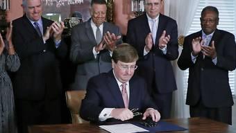 Der Gouverneur des US-Gliedstaates Mississippi Tate Reeves hat mit seiner Unterschrift den Weg für eine neue Flagge in seinem Bundesstaat freigemacht.
