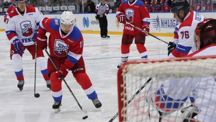 Eines von mehreren Toren: Wladimir Putin brillierte als Eishockey-Spieler
