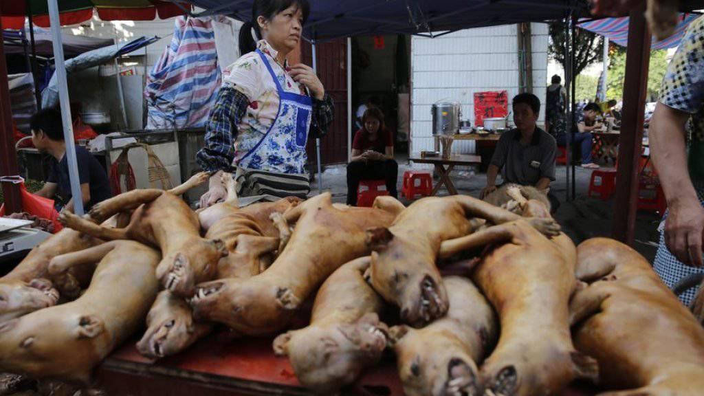 An einem Stand werden am Dienstag gekochte Hunde zum Verzehr angeboten.