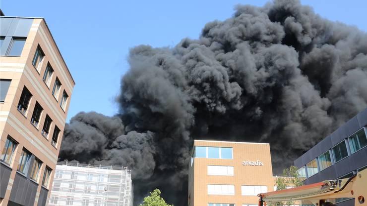Gegen 17.30 Uhr strebten dichte Rauchsäulen dem Oltner Himmel entgegen. Die Überbauung Aarepark warin Brand geraten. (Archiv)