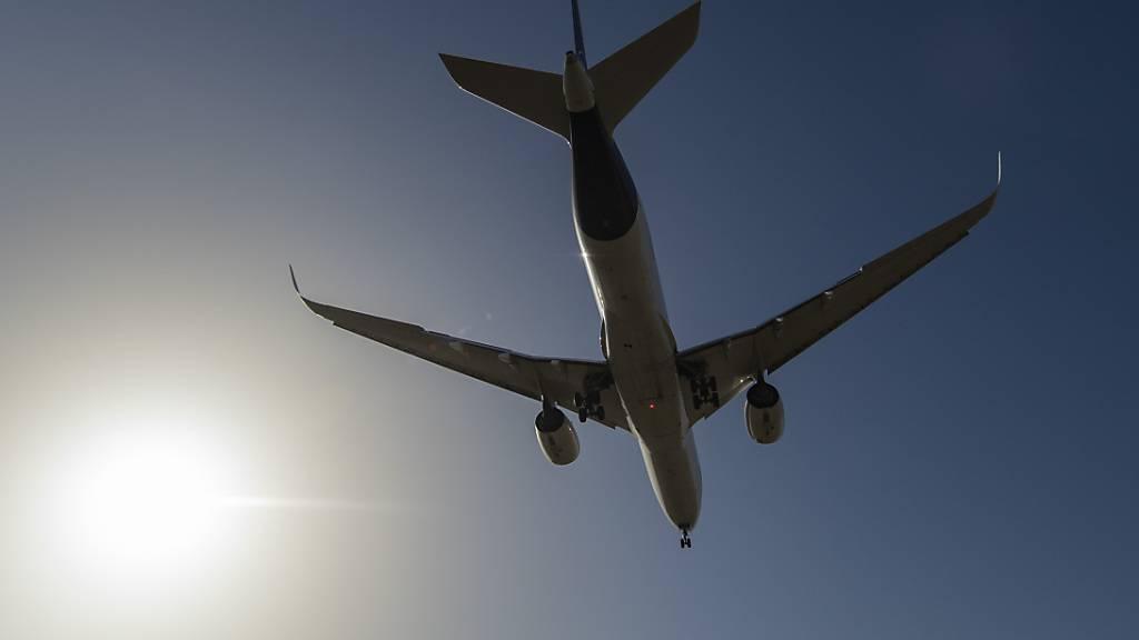 Ein Flugzeug landet auf dem Flughafen Frankfurt. Foto: Boris Roessler/dpa