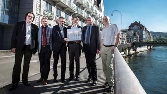 Vor dem «Schwanen» (v.l.): Jürg Braga (Vizeammann), Werner Notbauer (Wyss Holding AG), Pius Graf(Ammann), Christoph Gähler (Planer), Hans-Rudolf Wyss, Toni Laube (Gemeindeschreiber).