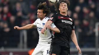 Traf für Hertha, verlor aber das Spiel in Leverkusen: Valentin Stocker (links, im Kopfball-Duell mit Julian Baumgartlinger)