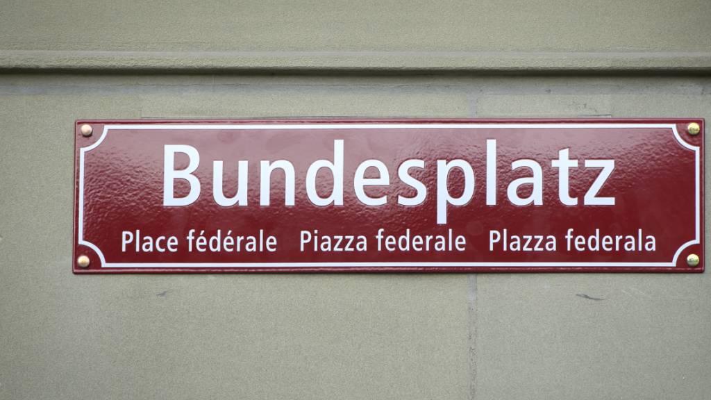 Eins der vier neuen Strassenschilder am Bundesplatz.