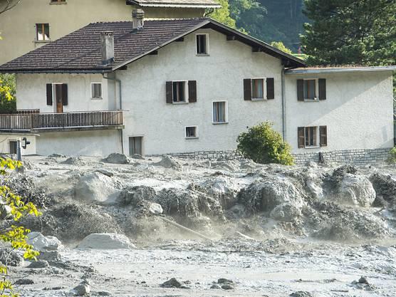 Der gewaltige Murgang streifte Bondo und überspülte die Hauptstrasse des Bergells.