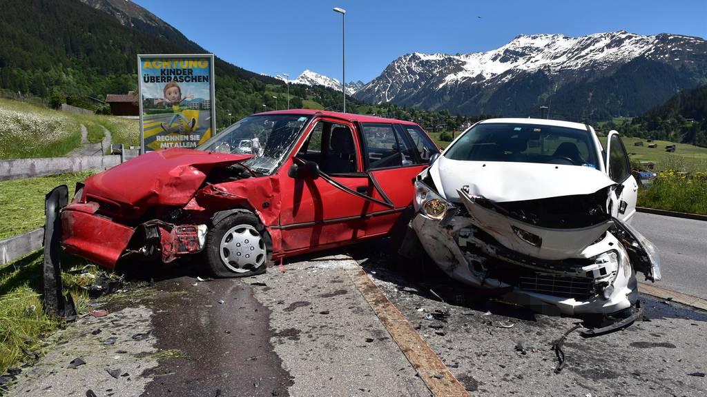 Drei Autos mit Totalschaden