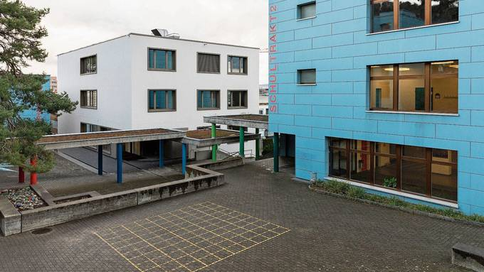 Nach Fertigstellung des Neubaus sollen in den alten Trakten des Schulhauses Huebwies die WC-Anlagen saniert werden.