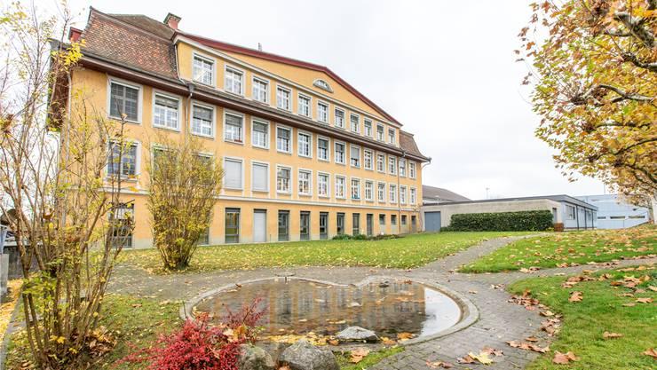 Das Primarschulhaus Fuchsrain stösst an seine Kapazitätsgrenzen und soll saniert werden. Claudio Thomas/Archiv