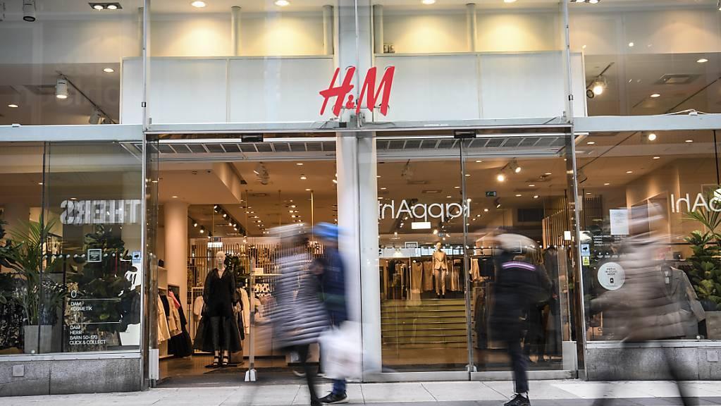 Die Wiedereröffnung von Filialen haben den schwedischen Bekleidungskonzern zurück in die Gewinnzone geführt. (Archivbild)