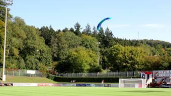 Der Badener Stadtrat hat für den FC eine besondere Überraschung parat; Zwei Fallschirmspringer überbringen je einen Matchball.