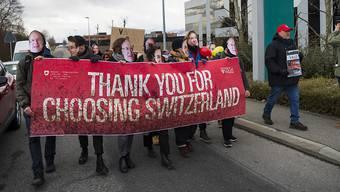 """Rund 30 Personen demonstrieren vor dem Sitz von Vale in St. Prex VD. Sie prangerten die """"katastrophalen ökologischen und menschlichen Folgen der Profitgier"""" des Unternehmens an."""