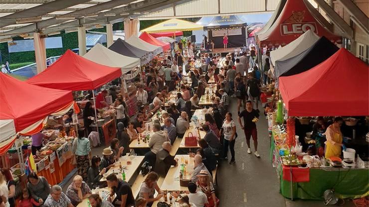 Die Halle der Pferderennbahn verwandelt sich in eine ostasiatische Markthalle.