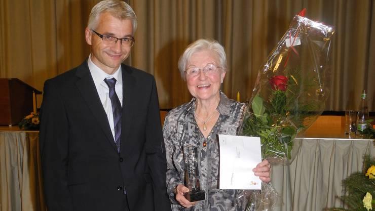 """Lotti Steinmann ist mit dem Stifterpreis """"Filmar"""" ausgezeichnet worden; links Bruno Leuppi, der Präsident der Ortsbürgerstiftung..jpg"""