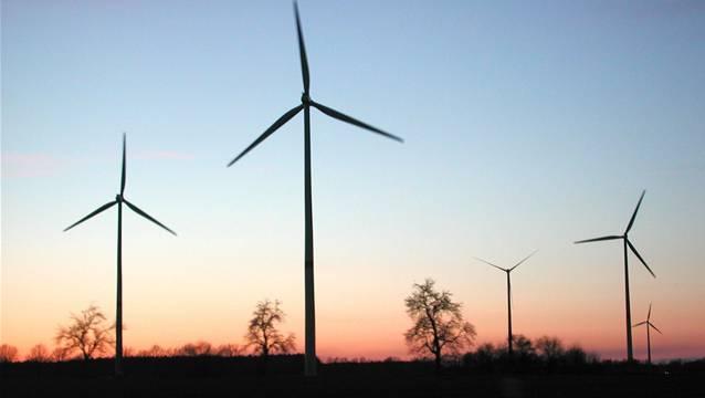 Windräder in Norddeutschland. Die Kommission des Grossen Rat hat die Anzahl möglicher Standorte im Aargau um die Hälfte reduziert.