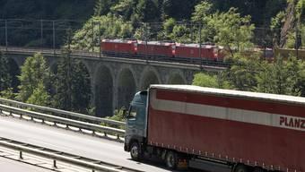 Heute transportiert die Dietiker Firma Planzer zwei Drittel der Güter auf der Schiene, ein Drittel auf der Strasse. Mit dem geplanten Umzug ins Niderfeld soll diese Verteilung laut Geschäftsführer Nils Planzer noch verbessert werden.