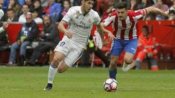 Real Madrids Marco Asensio enteilt im Mittelfeld dem Gijon-Spieler Sertio Alvarez
