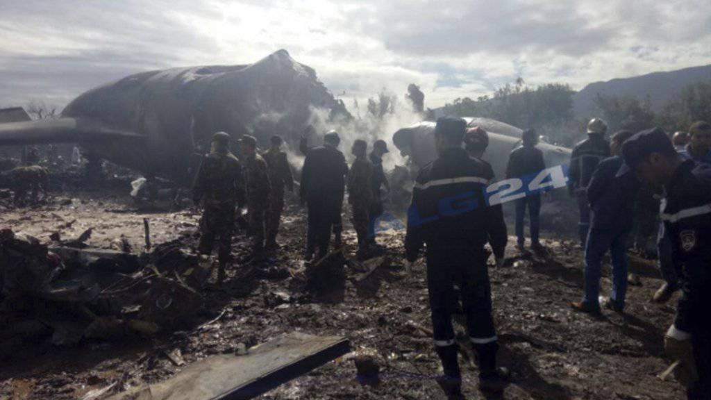 Rettungskräfte beim brennenden Flugzeugwrack.