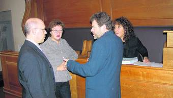 Absprachen: Kurz vor Sessionsbeginn besprechen sich Energiedirektorin Barbara Egger (r.) und Kommissionspräsident Adrian Kneubühler (l.) mit den «Architekten» des neuen Energiegesetzes, Heidi Walther (Juristisches) und Ulrich Nyffenegger (Fachliches). uz