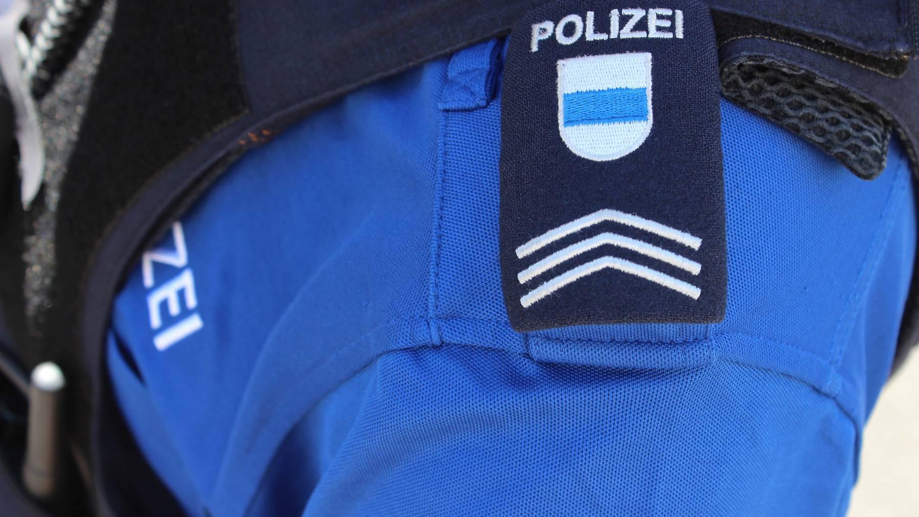 Unbekannter zerreisst Oberteil von Frau in Zug