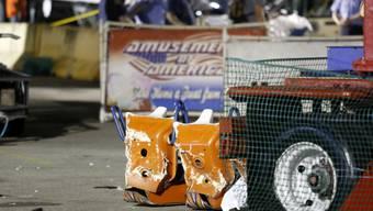Die zerstörten Schaukel-Sitze nach dem Unfall auf einem US-Jahrmarkt, bei dem ein 18-Jähriger ums Leben kam.