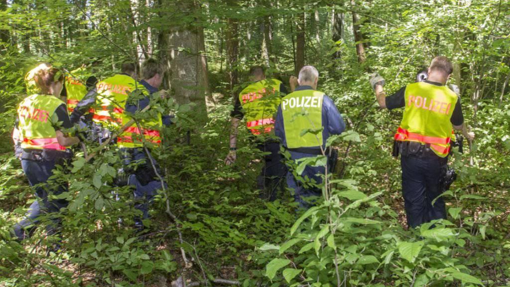 Einsatzkräfte der Thurgauer Kantonspolizei durchsuchen das Waldstück in Pulvershaus bei Erlen TG, in dem eine männliche Leiche gefunden wurde (Bild: Kantonspolizei Thurgau)