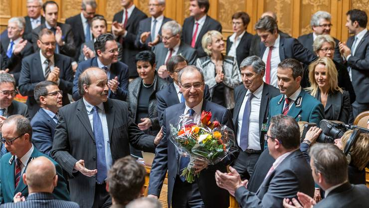 Die Bundesversammlung gratuliert Guy Parmelin (mit Blumenstrauss). In der Menge sind Daniela Schneeberger (FDP, BL) und Christoph Eymann (LDP, BS).