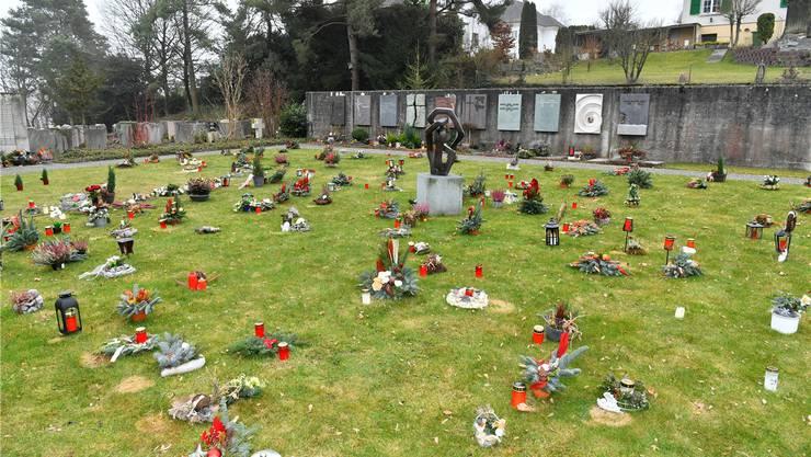 Das Verbot, Grabschmuck direkt auf dem Urnengräberfeld zu deponiere, wurde nicht mehr durchgesetzt.