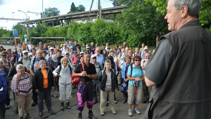 Wanderleiter Peter Hägler begrüsst die az-Wanderer am Bahnhof Muri