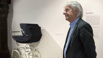 Emil Steinberger in der ihm gewidmeten Ausstellung mit seinem Requisit, dem Kinderwagen. Beide gelangen demnächst wieder zum Einsatz (Archiv).