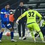 Varol Tasar schreit seine Freude nach dem Treffer zum 2:1 in Sion aus sich heraus, Goalie Marius Müller eilt zum Torschützen. Sion-Trainer Fabio Grosso schaut den Jubelnden konsterniert zu.
