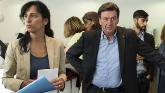 Vania Alleva, Co-Präsidentin der Unia und Berner Nationalrat Corrado Pardini verfolgen die Resultate zur Abstimmung