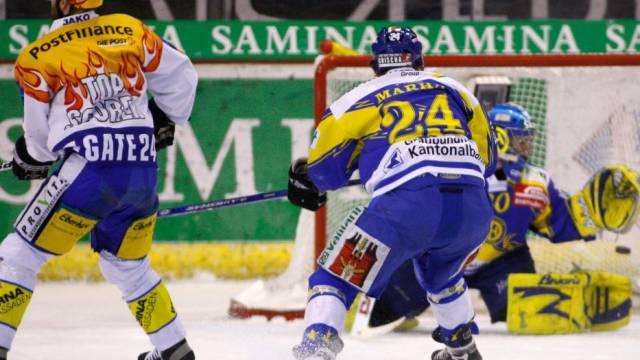 Der Klotener Rintanen (l.) bezwingt HCD-Keeper Genoni zum 0:1