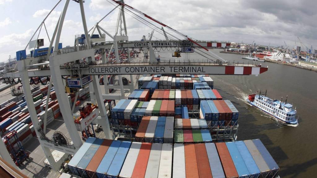 Weniger Fracht aus China und Russland: Im Hamburger Hafen wurden im ersten Halbjahr fast 7 Prozent weniger Container umgeschlagen als im Vorjahr. (Archivbild)
