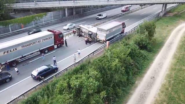 Umgekippter Lastwagen-Anhänger auf der A1 sorgt für kilometerlangen Stau