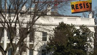Das Banner von Greenpeace über dem Weissen Haus.
