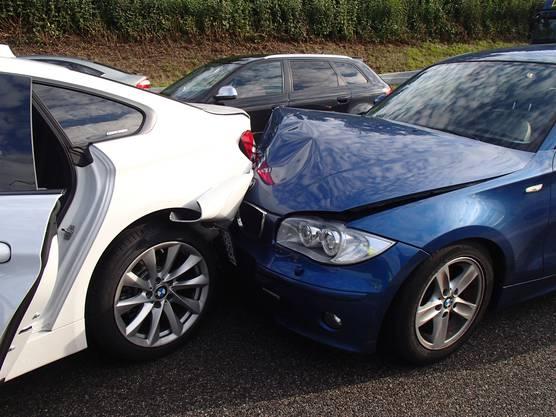 Auf der A1 prallen bei zwei Auffahrkollisionen insgesamt acht Fahrzeuge ineinander. Drei Personen werden verletzt, der Verkehr staut sich zeitweise auf 13 Kilometern.