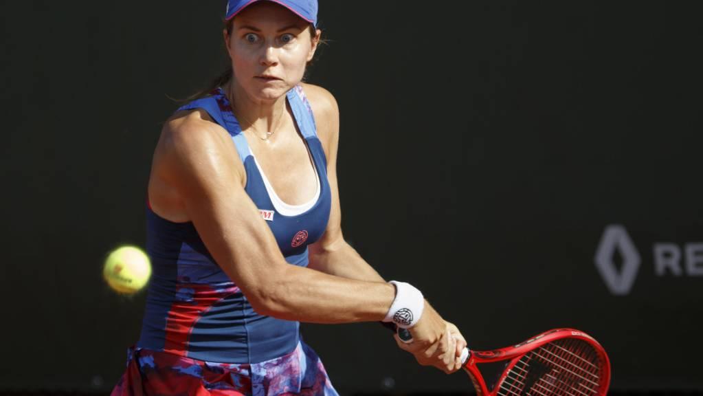 Stefanie Vögele nimmt den Ball für den Schlag mit der Rückhand ins Visier.