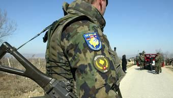 Ein Swisscoy-Soldat im Kosovo im Einsatz. (Archivbild)