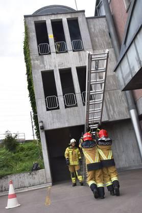 Gewusst wie - um die Person vom zweiten Stock zu retten, muss die Leiter richtig gestellt werden