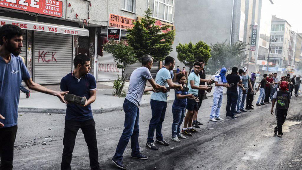 Protest in Istanbul nach dem Anschlag in Suruc: Demonstranten werfen der Regierung vor, IS-Kämpfer in der Türkei zu dulden.