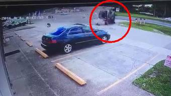 Unglaublich, aber Passanten ziehen aus dem völlig zerstörten Auto tatsächlich einen lebenden Mann.