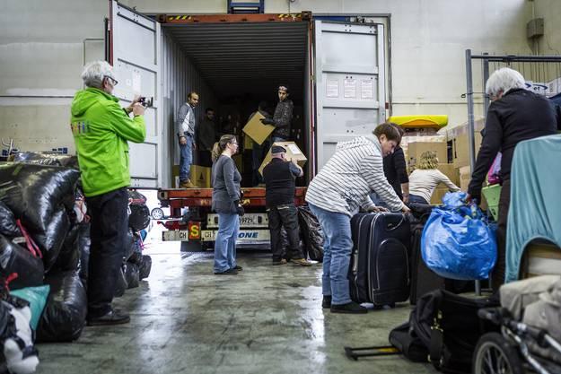 Auch Asylsuchende kommen und packen mit an. Für sie ist der Einsatz dreifach sinnvoll, entsprechend hoch motiviert kommen sie.